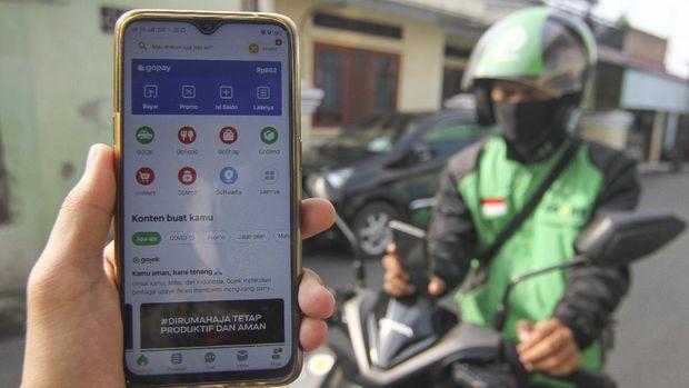 Seorang pengguna ojek online menunjukkan aplikasi GoRide yang tidak tersedia di Kawasan Kalisari, Jakarta Timur, Jumat (10/4/2020). Peraturan Gubernur DKI Jakarta dalam pelaksanaan PSBB mengatur angkutan roda dua seperti ojek online maupun ojek konvensional dilarang membawa penumpang. ANTARA FOTO/Asprilla Dwi Adha/pras.