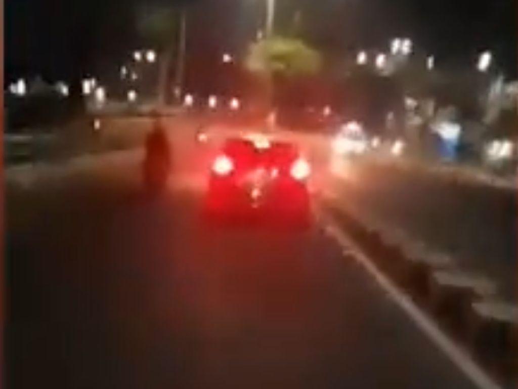 Mobil Tabrak Lari di Matraman, 2 Motor Ringsek