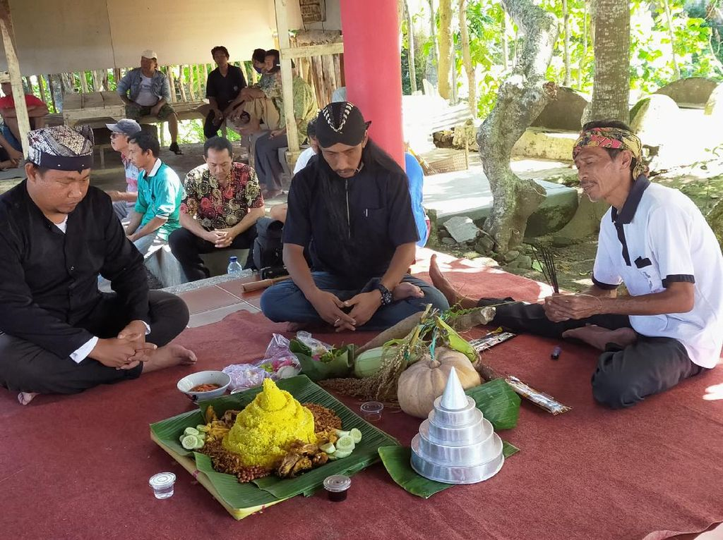 Ritual Selamatan Bumi Agar Corona Hilang Berlakukan Physichal Distancing