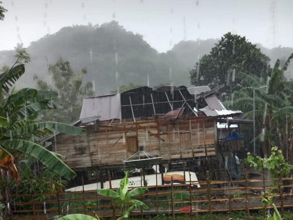 Puting Beliung Menerjang, Atap Rumah Warga Terbang ke Seberang Jalan