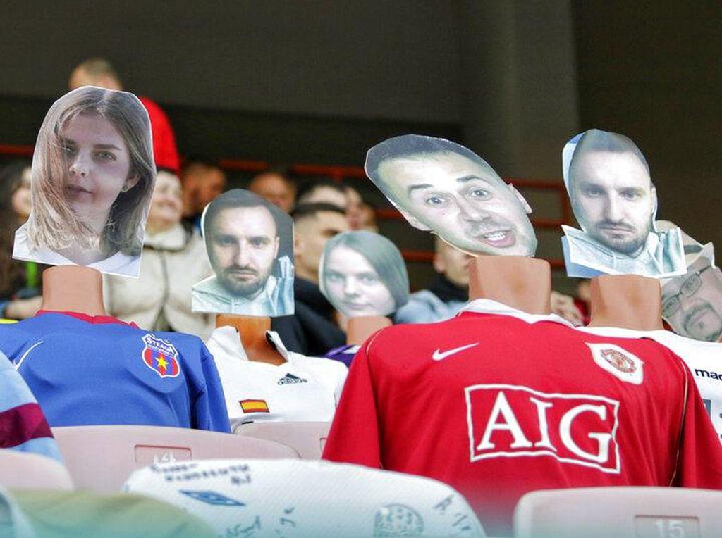 Viral! Ragam Manekin Berwajah Manusia Nonton Bola di Stadion