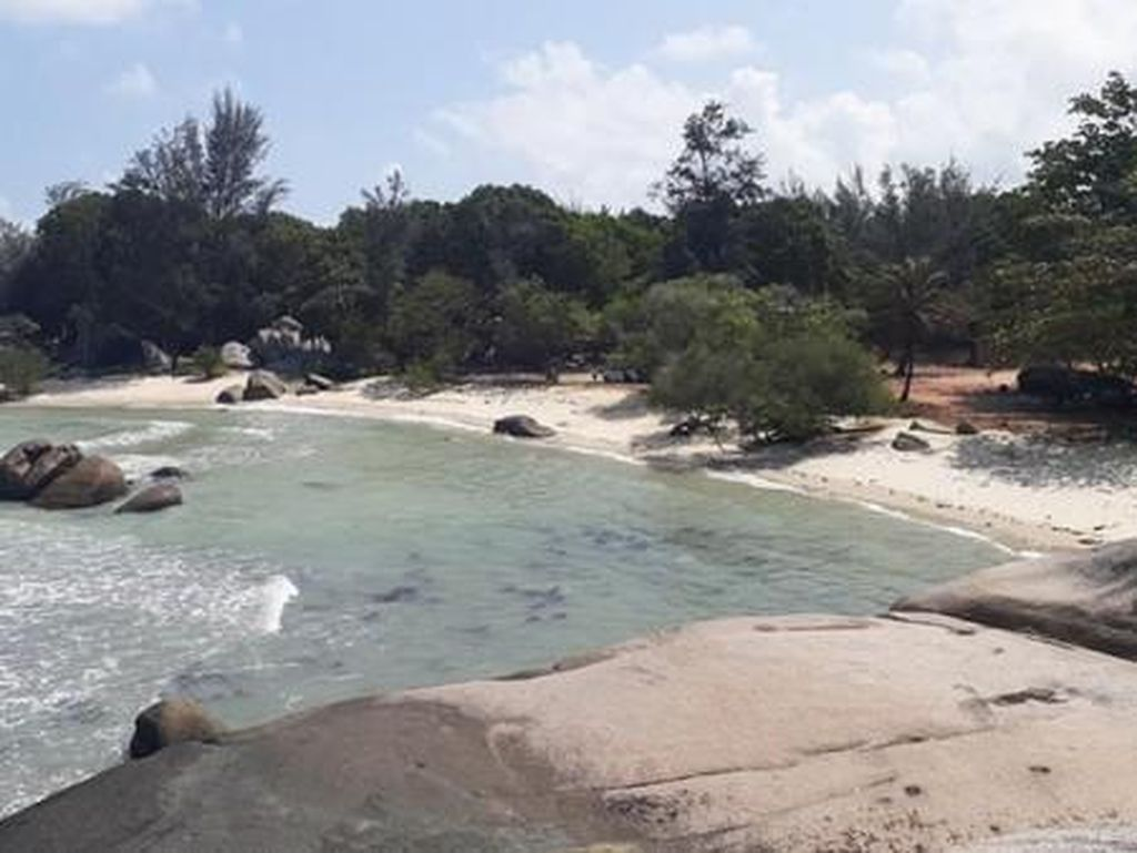 Kangen Pantai? Nih Cantiknya Pantai Penyabong