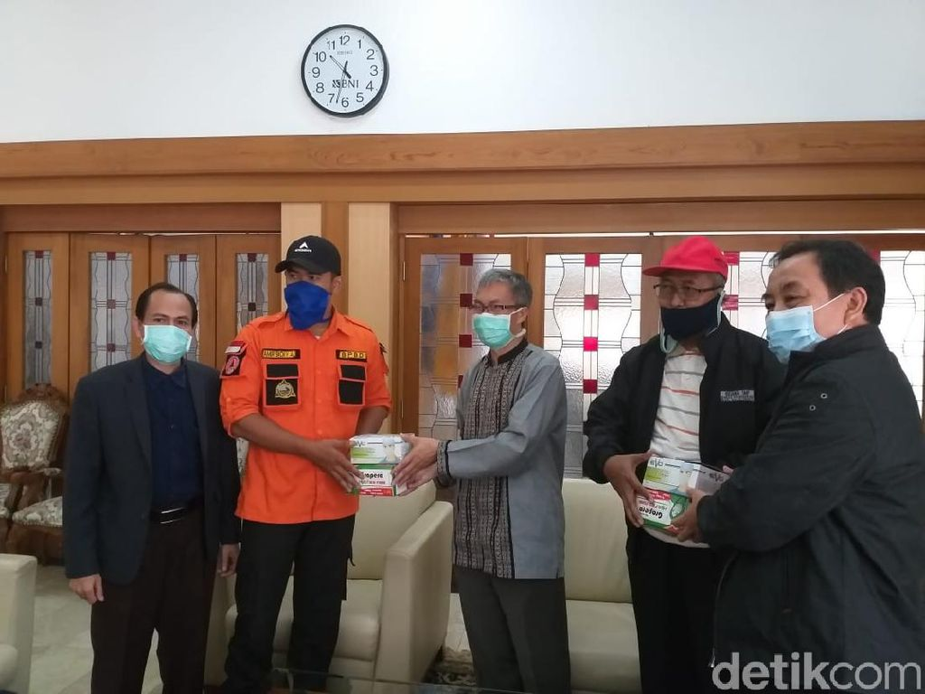 UPI Salurkan Bantuan APD-Masker untuk Tenaga Medis di Majalengka