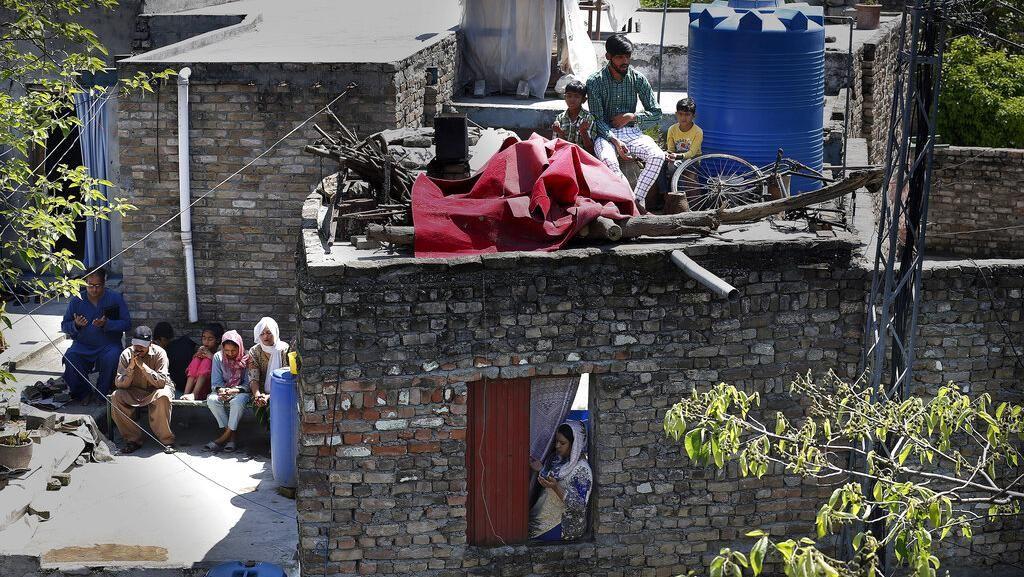 Lawan Corona, Warga Pakistan Ibadah Minggu Paskah di Atap Rumah