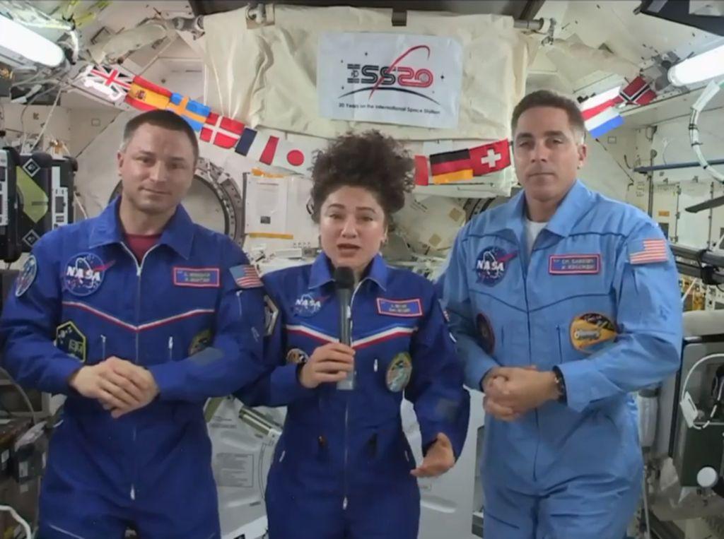 April: Astronot Kaget dengan Kondisi Bumi - Negara yang Bebas COVID-19