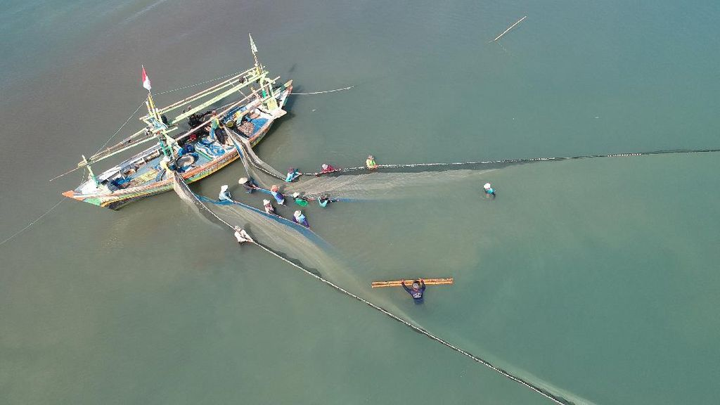 Melihat Aktivitas Nelayan Pukat di Jawa Barat