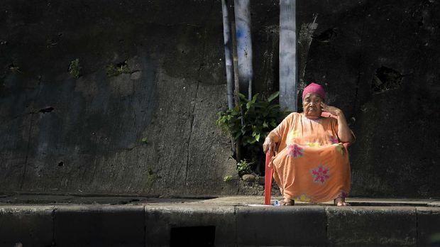 Warga berjemur di kawasan Tanah Abang, Jumat (3/4/2020). Hal tersebut dilakukan warga untuk memperkuat imunitas tubuh.  ANTARA FOTO/Galih Pradipta/pras.