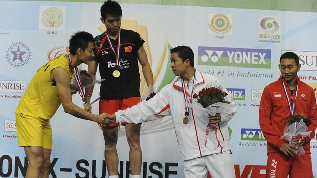 China's Lin Dan (2nd L) looks on as third placed Indonesian Taufik Hidayat (2nd R) greets runner-up China's Jin Chen (L) while fourth placed Indonesian Sony Dwi Kuncoro (R) stands during the World Badminton Championships at the Gachibowli Stadium in Hyderabad on August 16,2009. Lin Dan defeated Jin Chen by  21-18, 21-16. AFP PHOTO / Noah SEELAM (Photo by NOAH SEELAM / AFP)