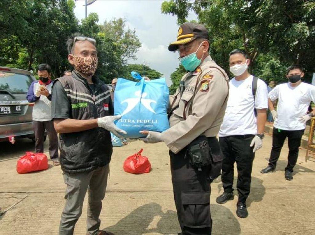 Polda Metro Bagikan 1.000 Paket Sembako ke Warga Waduk Pluit Jakut