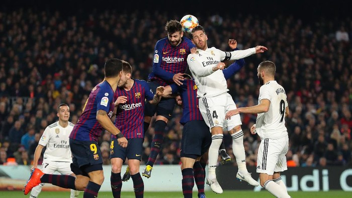 BARCELONA, SPAIN - FEBRUARY 06: Gerard Pique of FC Barcelona fights for a high ball with Sergio Ramos of Real Madrid CF during the Copa del Semi Final first leg match between Barcelona and Real Madrid at Nou Camp on February 06, 2019 in Barcelona, Spain. (Photo by Angel Martinez/Getty Images)