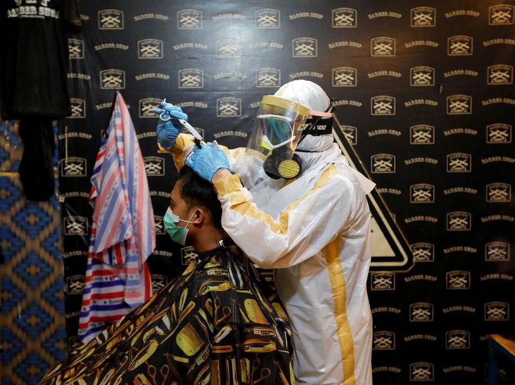 Gaya Tukang Cukur di Tengah Pandemi Corona