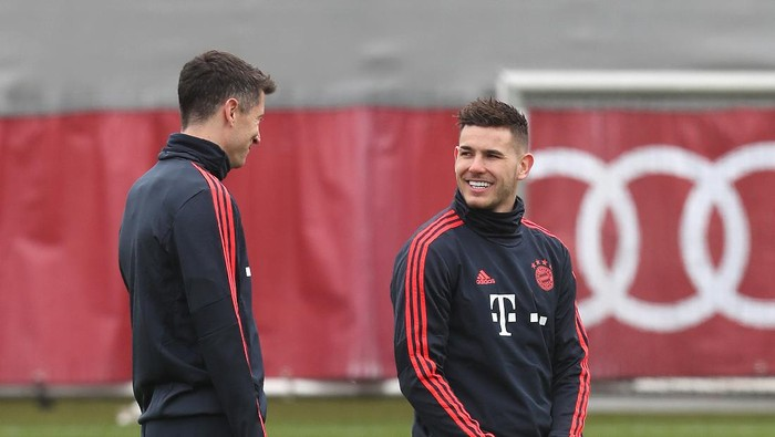 MUNICH, GERMANY - FEBRUARY 24: Robert Lewandowski (L) and Lucas Hernandez of FC Bayern Muenchen chat during a training session ahead of their Champions League round of 16 match against Chelsea FC at Saebener Strasse training ground on February 24, 2020 in Munich, Bavaria. (Photo by Alexandra Beier/Getty Images)