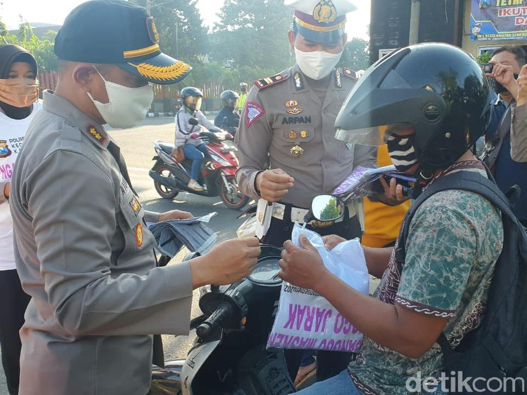 Masih Banyak yang Belum Pakai, Polisi Bagikan Masker untuk Warga Kota Kediri