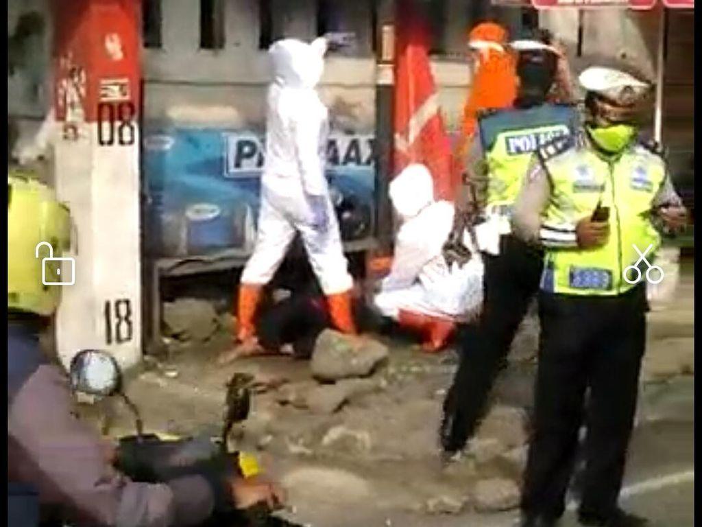 Viral Video Petugas Berpakaian APD Tangani Pria Pingsan di Padalarang