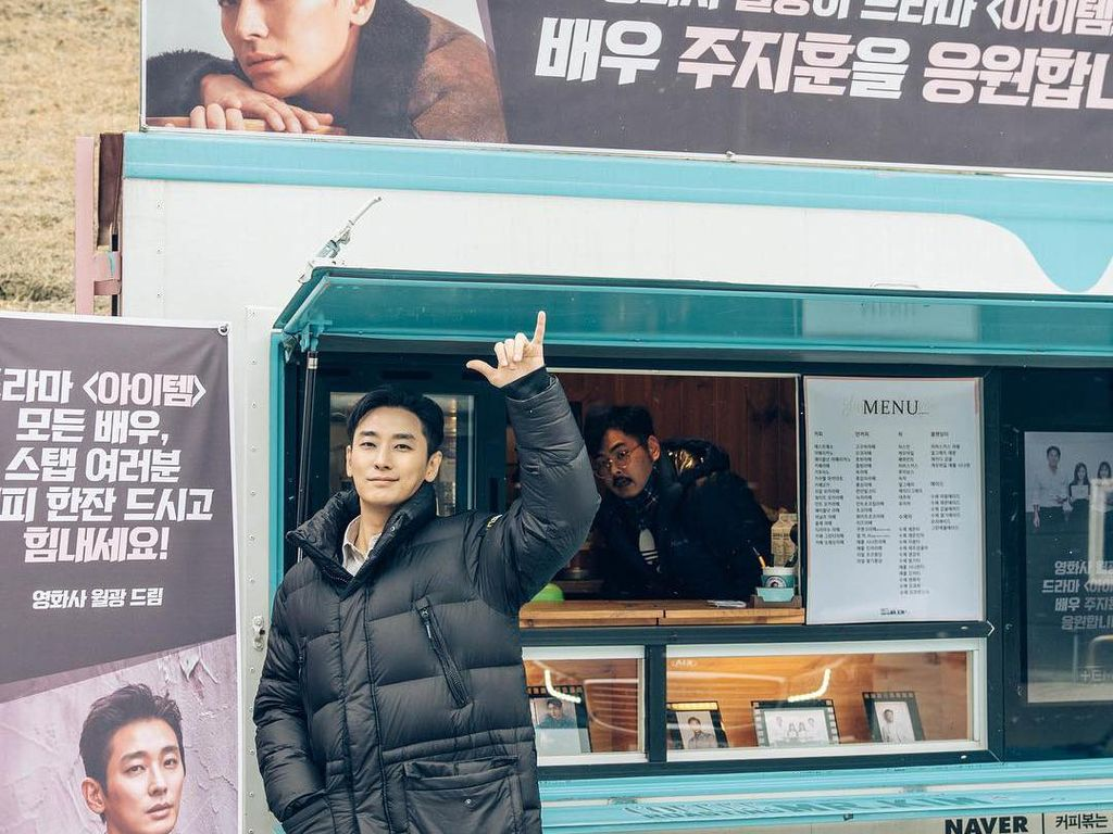 Intip Pose Menggemaskan Aktor Ju Ji-Hoon yang Sering Dikirimkan Food Truck