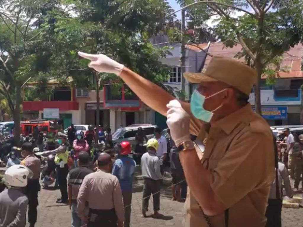 Pandemi Corona, Wabup Toraja Bagi-bagi Sembako ke Ojek dan Sopir Angkot