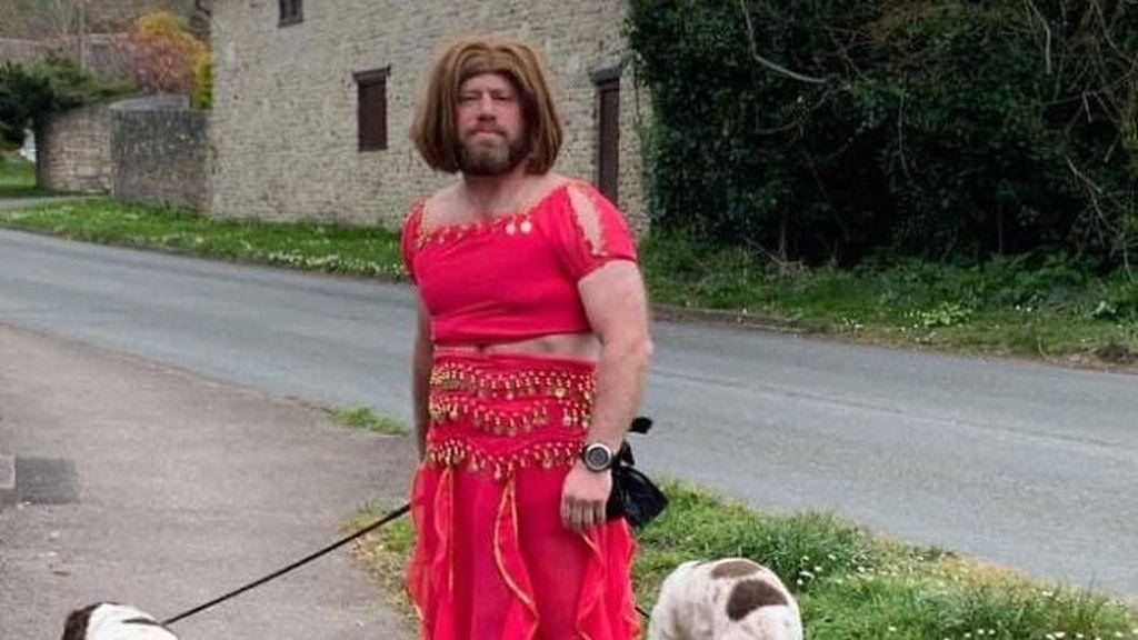 Viral Pria Berdandan Aneh untuk Hibur Tetangga Selama Pandemi