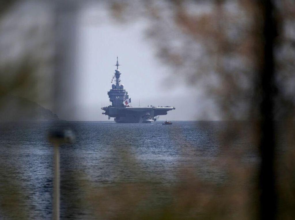 Kepulan Asap Terlihat saat Kebakaran Kapal Angkatan Laut AS