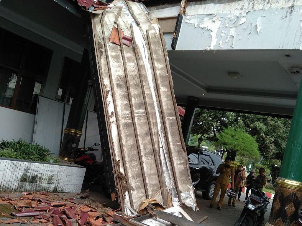 Brak, Atap Teras Pendopo Jember Ambruk saat Bupati Rapat Bersama Kepala Dinas