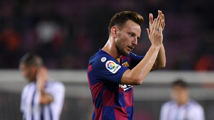 BARCELONA, SPAIN - OCTOBER 29: Ivan Rakitic of FC Barcelona applauds fans following victory in the Liga match between FC Barcelona and Real Valladolid CF at Camp Nou on October 29, 2019 in Barcelona, Spain. (Photo by Alex Caparros/Getty Images)