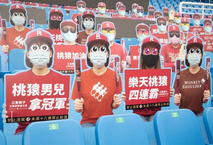 Pandemi COVID-19 membuat suasana tribun menjadi sepi, beberapa cabang olahraga hingga olimpiade dihentikan sementara. Namun tidak untuk beberapa tribun ini, nampak penonton kardus ramaikan tribun.opening game between Rakuten Monkeys and CTBC Brothers at Taoyuan International Baseball Stadium on April 11, 2020 in Taoyuan, Taiwan. (Photo by Gene Wang/Getty Images)
