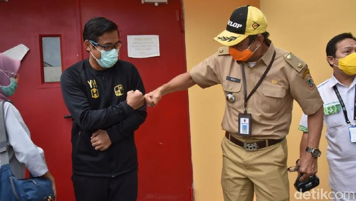 Yunan Helmi, Asisten Pelatih Barito Putera, sudah bisa meninggalkan RSUD Ulin Banjarmasin. Ia sudah pulih dari sakitnya. Hasil tes swab pun negatif COVID-19.