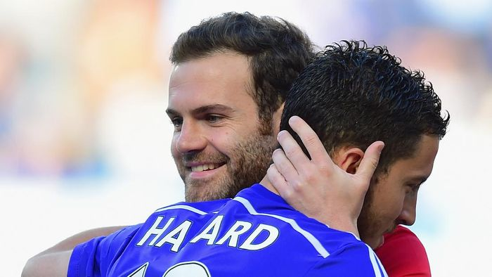 LONDON, ENGLAND - APRIL 18:  Juan Mata of Manchester United hugs Eden Hazard of Chelsea during the Barclays Premier League match between Chelsea and Manchester United at Stamford Bridge on April 18, 2015 in London, England.  (Photo by Jamie McDonald/Getty Images)