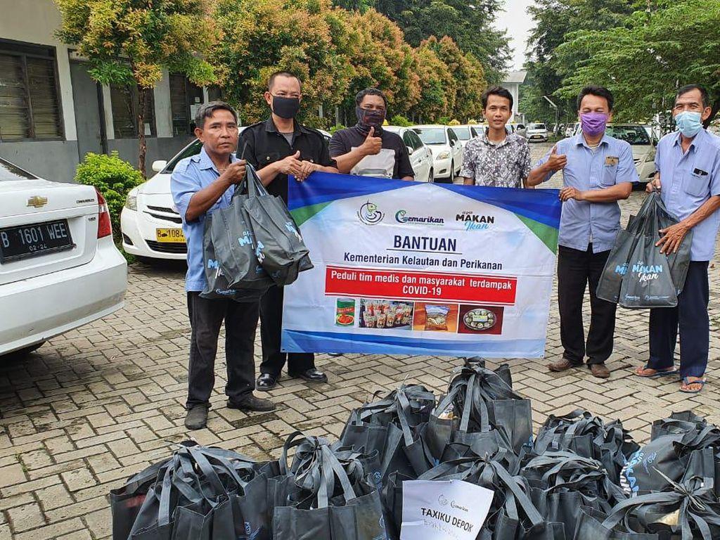 KKP Bagikan 11.800 Paket Olahan Ikan untuk Driver Taksi dan Ojol