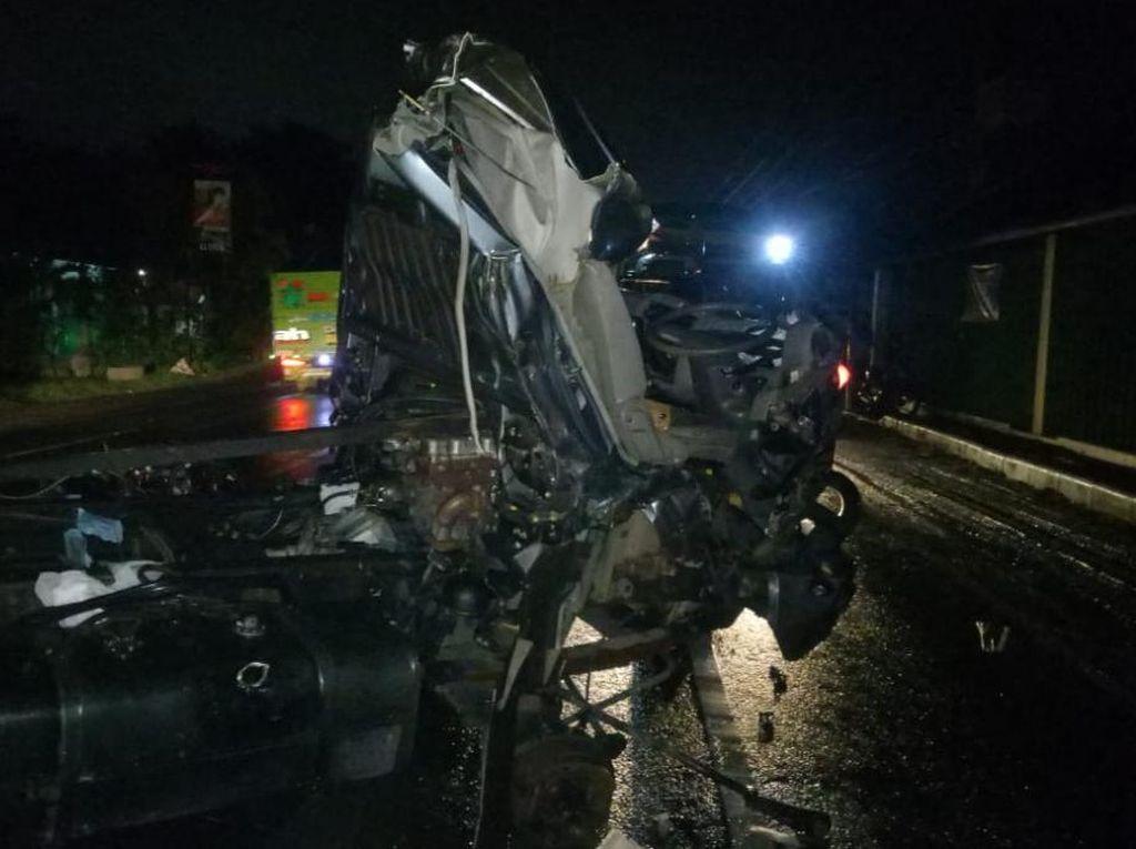 Kendaraan TNI Tabrak Truk Ekspedisi di Pasuruan, Pengemudi Terluka