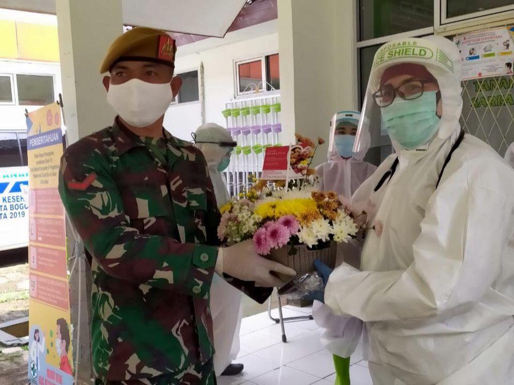 Semangati Tim Medis COVID-19, TNI-Komunitas Bagikan Bunga dan APD