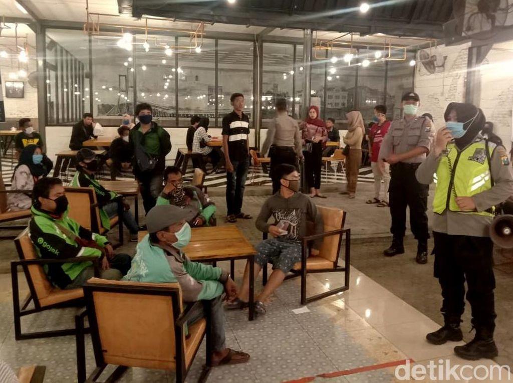 Tim Gabungan di Surabaya Bubarkan Pusat Keramaian