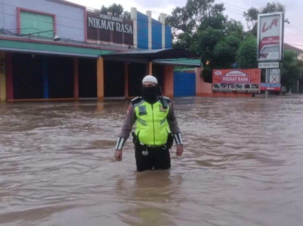 Jalur Pantura Pasuruan Lumpuh Diterjang Banjir Setinggi 1 Meter