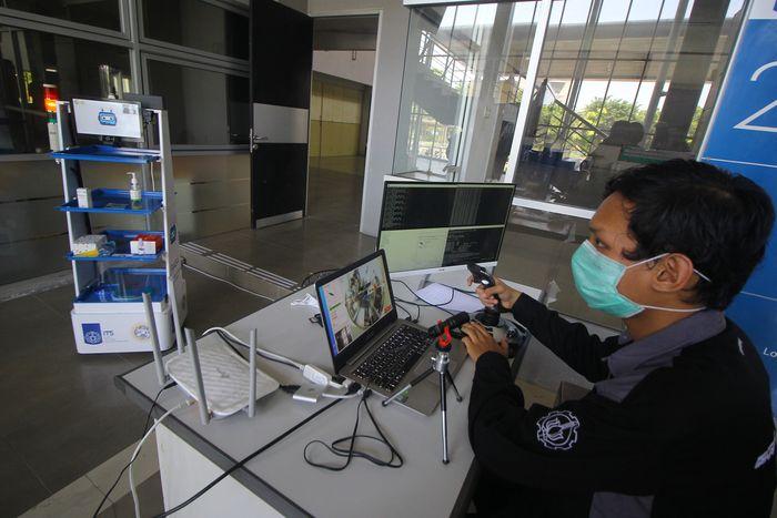 ITS bekerja sama dengan RS Universitas Airlangga kembangkan robot yang siap bantu tim medis tangani pasien Corona. Robot itu bernama Robot RAISA.