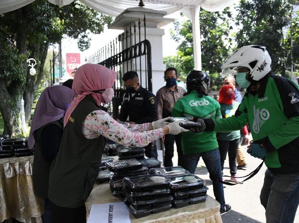 Asyik! Ada Posko Makan Siang Gratis di Gedung Pakuan Bandung