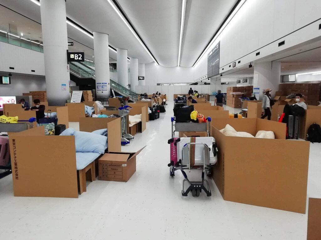 Tempat Tidur Kardus untuk Penumpang Tunggu Hasil Test Corona