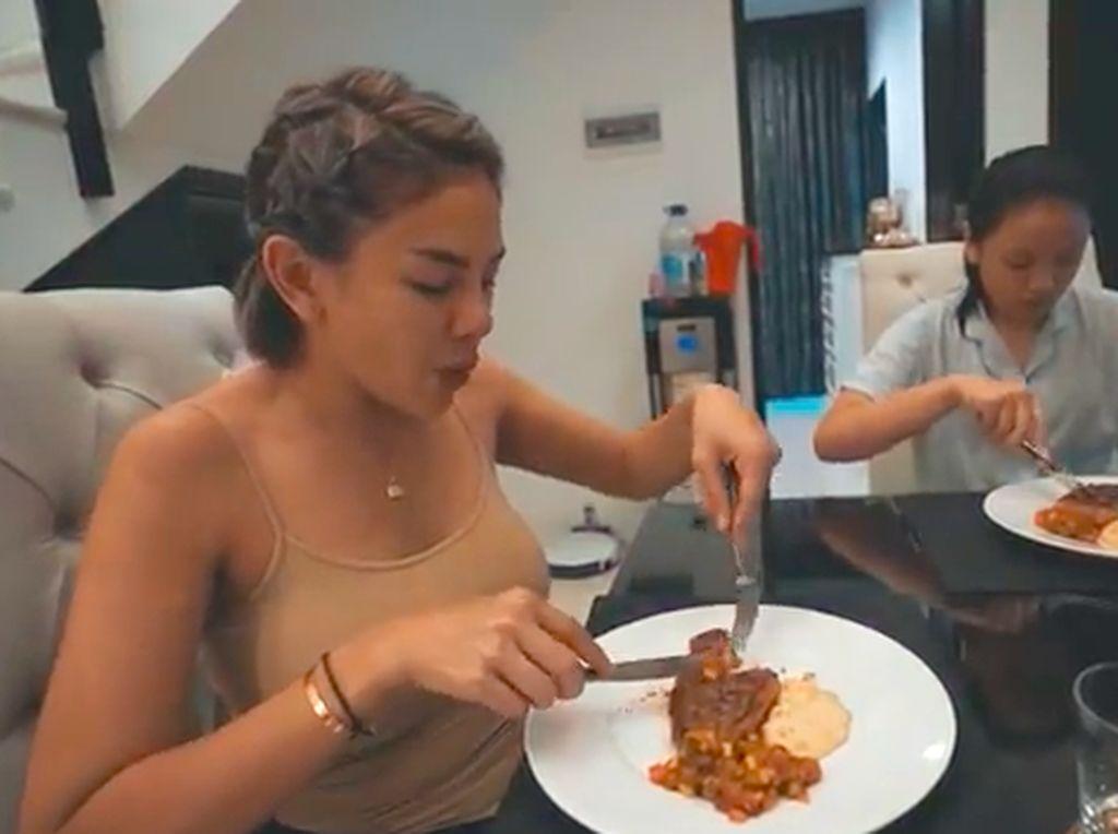 Nikita Mirzani Masak Steak Hingga Kirim Makanan Pakai Mobil Mewah