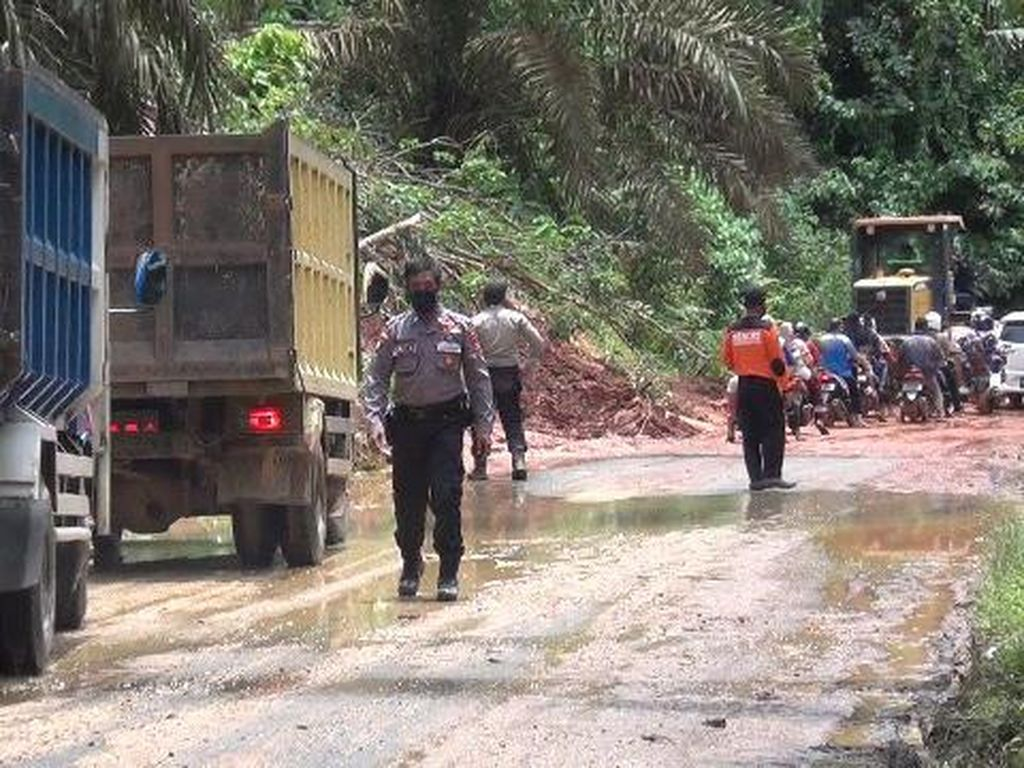 Longsor, Jalur Lintas Sijunjung Sumbar-Teluk Kuantan Riau Macet