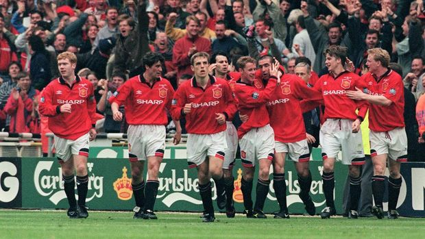 Eric Cantona (C) is congratulated by Manchester United players after scoring the only goal 11 May 1996 at Wembley Stadium in London when he capitained his team, Manchester United to win the FA Cup final against Liverpoool.  AFP PHOTO GERRY PENNY (Photo by GERRY PENNY / AFP)