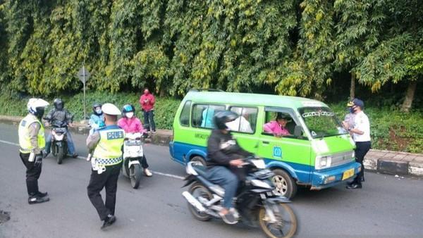 Check point saat PSBB di Jalan Raya Pajajaran di sampang Baranangsiang, Kota Bogor.