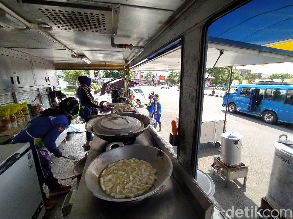 Tim Gabungan Dirikan Dapur Umum Beri Makan Warga Tak Mampu di Ciamis