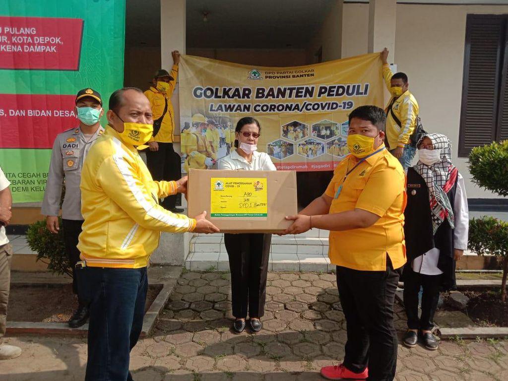 Cegah Corona, Golkar Banten Bagikan APD hingga Lakukan Disinfeksi