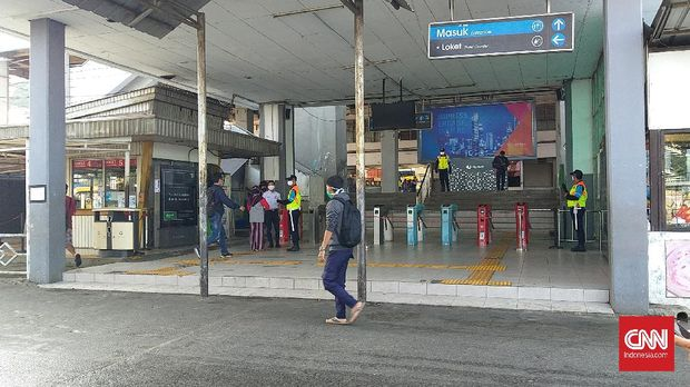 Stasiun Depok Baru sepi ketika PSBB berlaku mulai hari ini, Rabu (15/4).