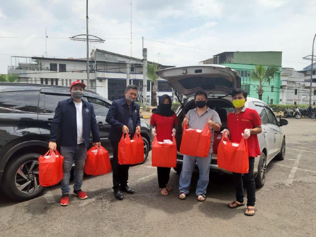 Jurnalis Bagikan Makanan ke Pekerja Harian di Jakarta yang Terdampak Corona