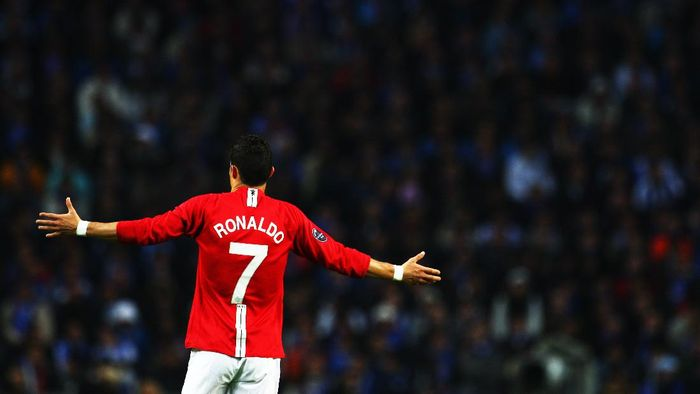 PORTO, PORTUGAL - APRIL 15:  Cristiano Ronaldo of Manchester United gestures during the UEFA Champions League Quarter Final second leg match between FC Porto and Manchester United at the Estadio do Dragao on April 15, 2009 in Porto, Portugal.  (Photo by Laurence Griffiths/Getty Images)