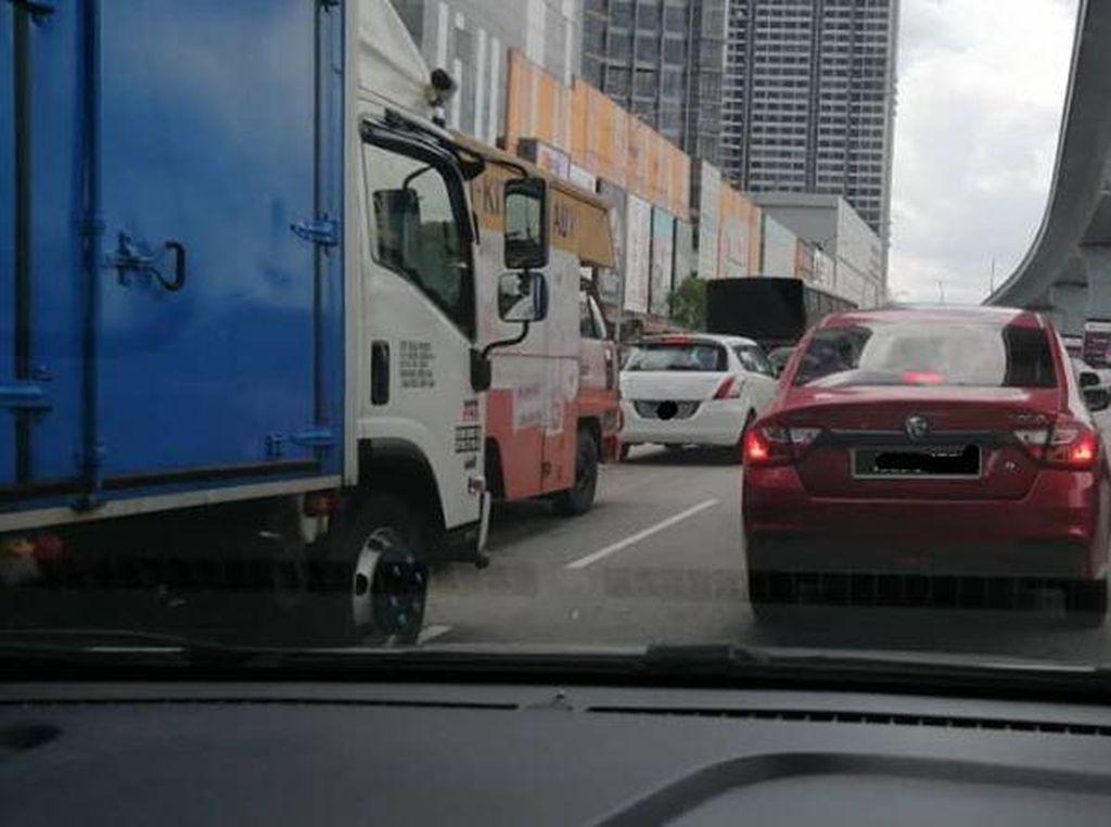 Aturan Lockdown Dilonggarkan, Mobil di Malaysia Kini Boleh Bawa 2 Orang, Asal...