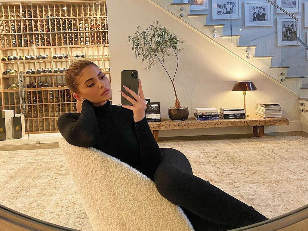 Aturan Karantina Mulai Longgar, Kylie Jenner Kepergok ke Kelab Malam