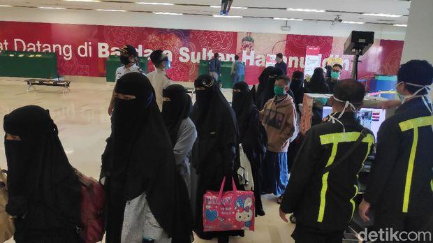 Sebanyak 176 warga Sulsel yang jadi santri di Jatim jalani rapid test begitu tiba di Bandara Hasanuddin (M Bakrie/detikcom)