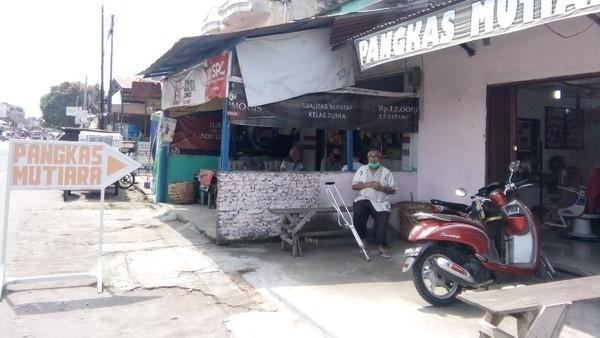 Tukang pangkas di Medan (Ahmad Arfah-detikcom)