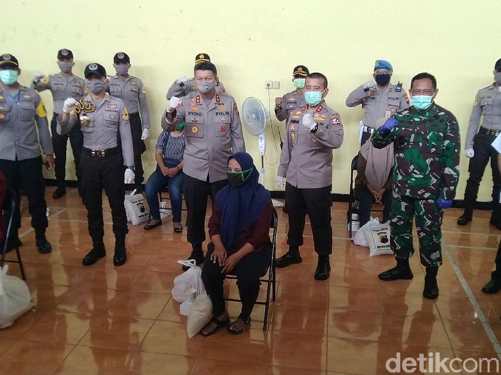 Polri-TNI di Jateng Saweran Rp 1,5 M, Bagi-bagi Bantuan ke Warga