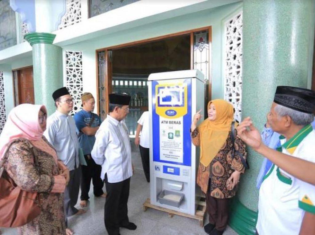 Keren! Di Tangerang Ada ATM Beras Untuk Warga Kurang Mampu